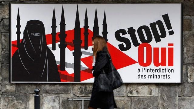 Frau geht an einem Plakat der Minarett-Initiative vorüber.