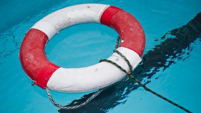 Rettungsring liegt im Wasser