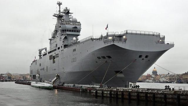 Das französische Kriegsschiff Mistral im Hafen von St. Petersburg