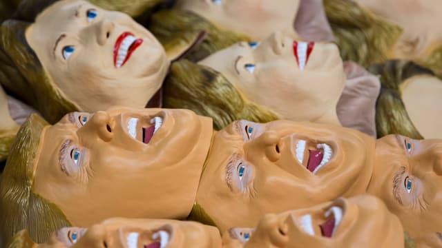 Symbolbild: Plastik-Masken von Donald Trump und Hillary Clinton liegen bereit.
