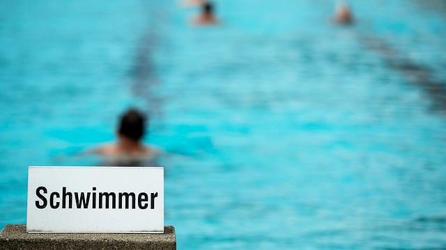 Schwimmbad mit Schild