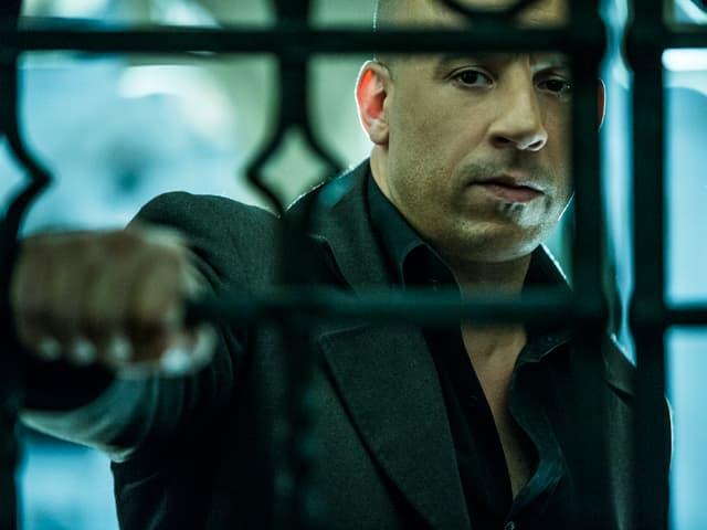 Vin Diesel hinter einer Gittertür.