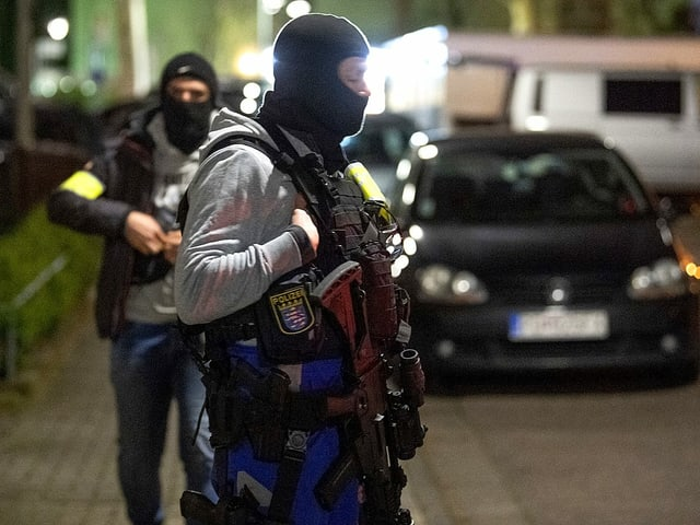 Schwer bewaffnete SEK-Beamte sichern den Tatort in Hanau.