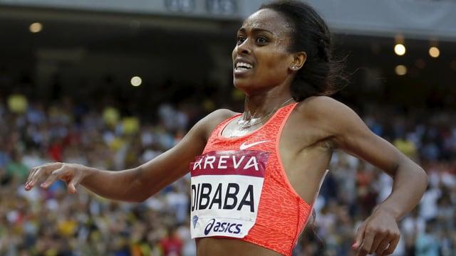 Dibaba freut sich beim Überqueren der Ziellinie