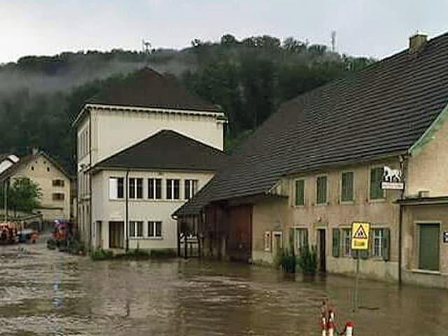 Wasser in den Strassen eines Dorfes.