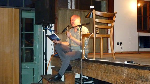 Tim Krohn durant la prelecziun en il Cinema sil plaz a Glion.