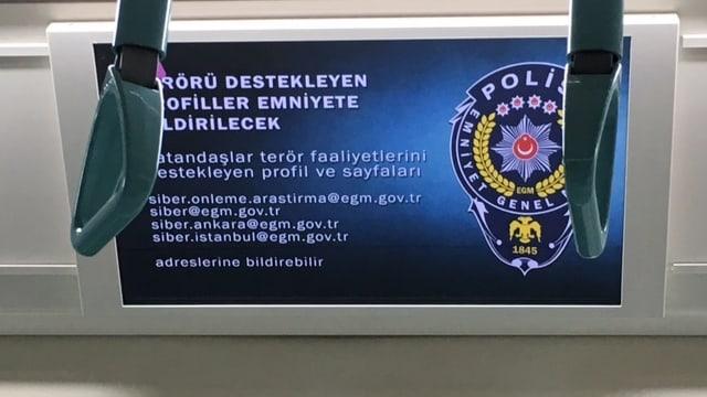 Bildschirm in der Metro von Istanbul.