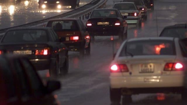 Auto fahren auf Autbahn durch die Nach bei Regenwetter.