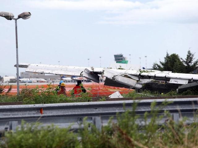 Stark beschädigter Flügel der Boeing 737, die auf der Strasse gelandet war.