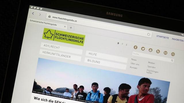 Der Screen eines Tablets, auf dem Website flüchtlingshilfe.ch aufgerufen wurde
