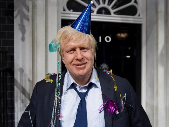 Boris Johnsons Figur bei Madame Tussauds mit Partyhütchen und Lametta.