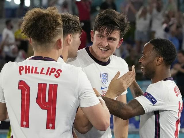 Die englischen Spieler nach dem deutlichen 4:0-Sieg gegen die Ukraine im Viertelfinal.