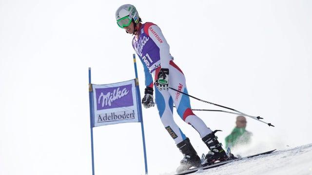 Ein Skifahrer fährt neben dem Tor durch.