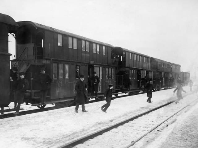 Historische Bahn mit Menschen, die aussteigen