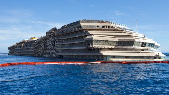 Das aufgerichtete Wrack der Costa Concordia