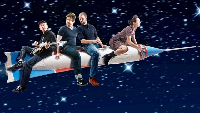 Die vier Mitglieder von Christy Doran's New Bag auf einer Rakete.