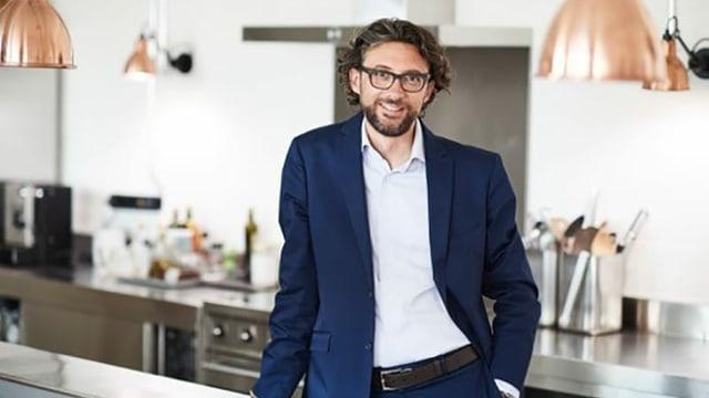 Das Bild zeigt den Gastronomie-Experten Andrin Willi in einer Küche.