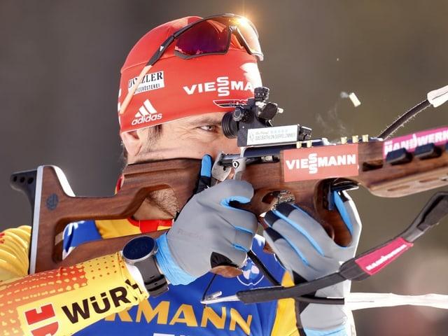 Arnd Peiffer mit dem Gewehr am Schiessstand.