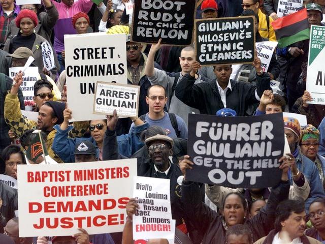 Demonstranten mit Plakaten.