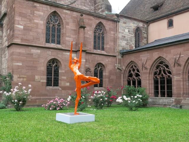 orange Skulptur, stehender Mensch