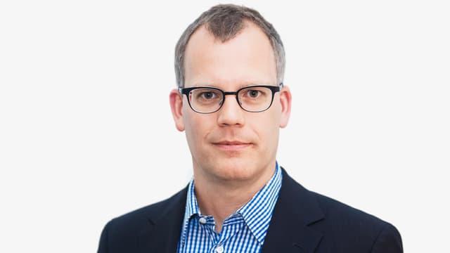 Mann in Hemd mit Brille.