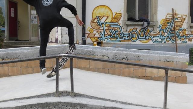 Jugendlicher aus Skateboard auf einer Rampe