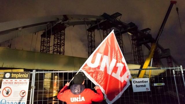 Ina bandiera da l'Unia avant la punt en construcziun.