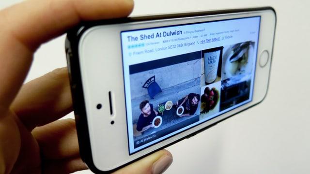Ein Handy-Screen, auf dem die Trip-Advisor Seite eines Restaurants zu sehen ist.