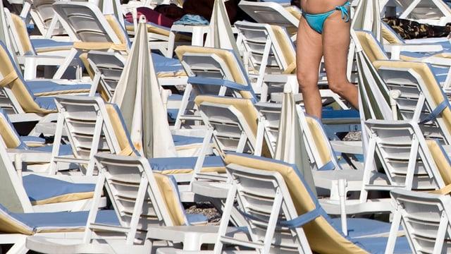 Leere Liegestühle am Strand von Antalya.