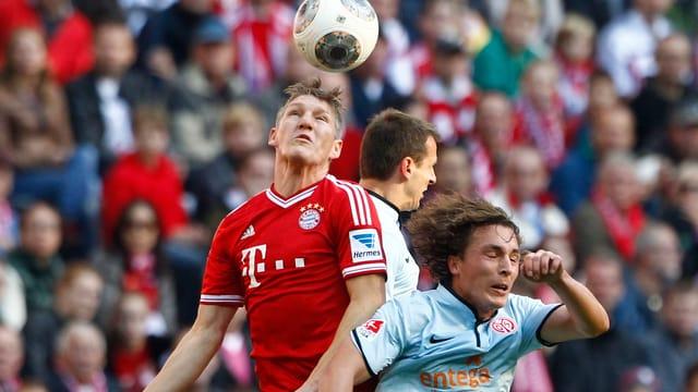 Bayerns Schweinsteiger geht als Sieger im Luftduell mit gleich zwei Mainzern hervor.