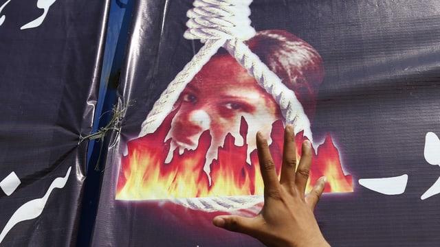 Fahne mit dem Konterfrei Bibis, umrahmt von einem Galgen und Flammen
