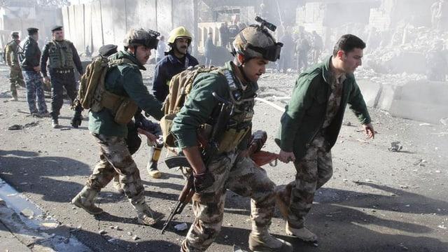 Am Anschlagsort in Kirkuk werden Verletzte geborgen.