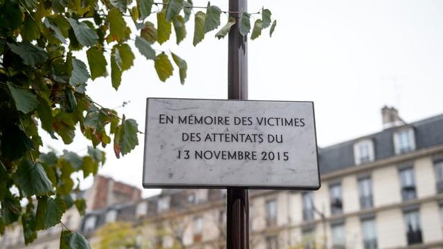 Marmortafel «Im Gedenken der Opfer der Attentate vom 13. November 2015» in Paris.