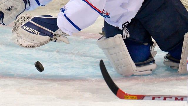 In goli da hockey sa bitta sin il puck.