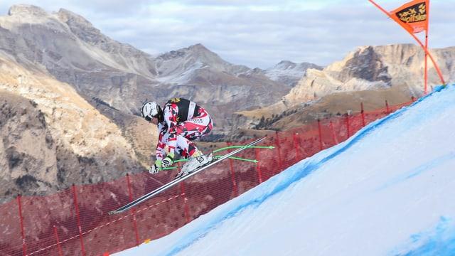 Skifahrer im Sprung mit Bergen im Hintergrund