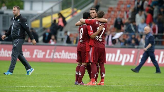 Drei Spieler des FC Vaduz umarmen sich nach dem Schlusspfiff gegen die Grasshoppers.
