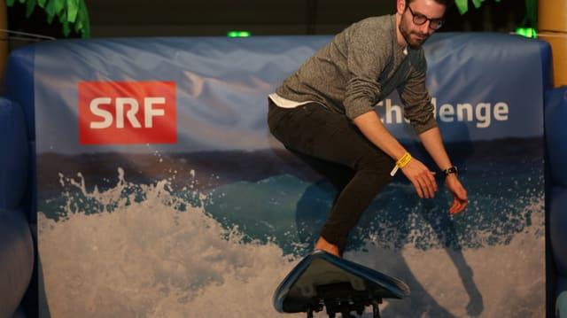 Mann surft auf Brett