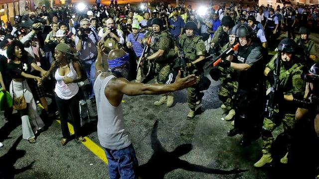 Polizei in Armeeuniform im Einsatz in Ferguson.
