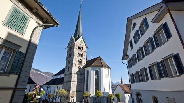 Blick durch eine Gasse auf die Kirche Stans.