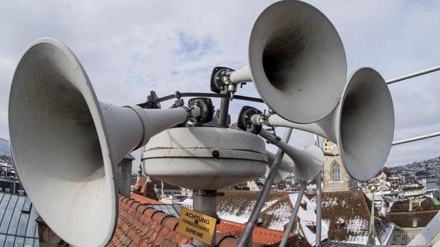 Zu sehen eine der vielen Sirenen, die auf Schweizer Dächern platziert sind.