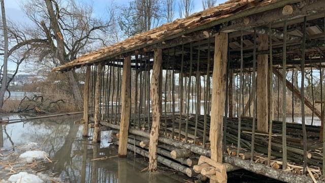 Halbfertiges Holzhaus im Wasser.