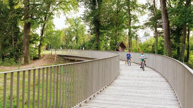 Zwei Kinder auf einer Brücke im Murg-Auen-Park.