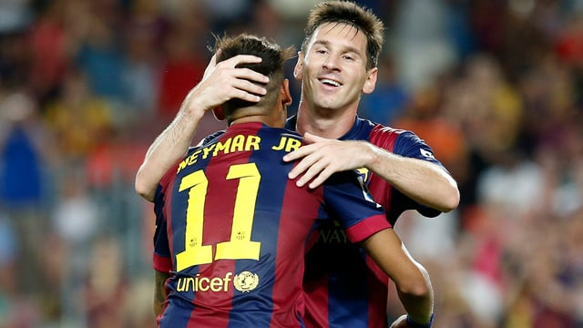 Messi umarmt Neymar.