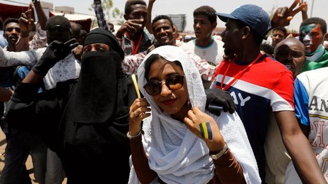 Alaa Salah und andere Protestierende