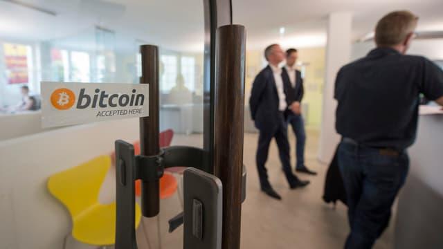Bitcoin-Kleber an Türe der Zuger Stadtverwaltung.