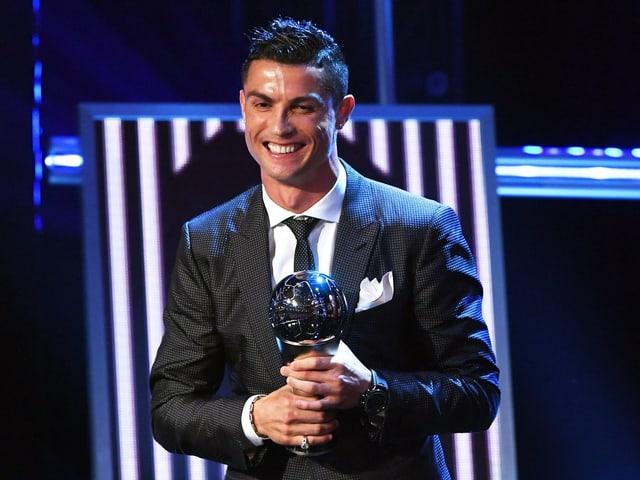 Ronaldo mit der Trophäe