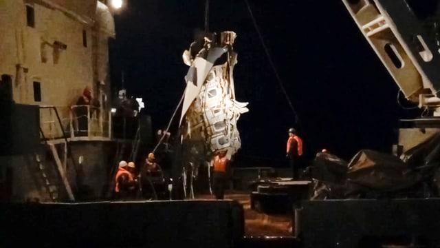 Zu sehen ist ein Bergungsschiff bei Nacht.