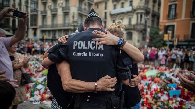 Polizist mit Trauernden