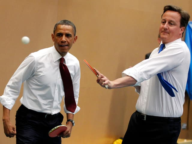 David Cameron und Barack Obama beim Tischtennis-Spielen.