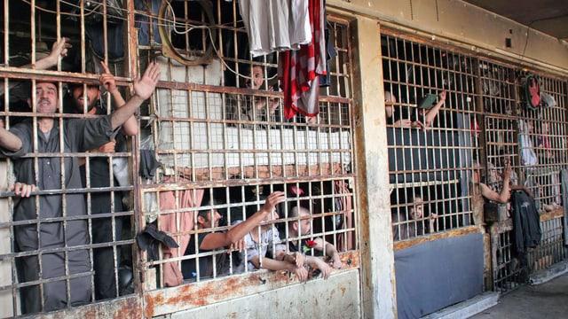 Männer hinter Gittern